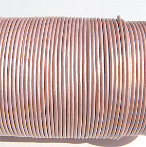 "Äkta lädersnöre metallic ""Light pink"" 1 mm"